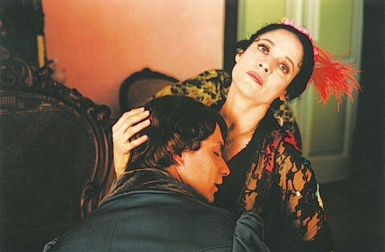 """2001 - Os atores Petrônio Gontijo e Sonia Braga em cena do filme """"Memórias Póstumas"""", de André Klotzel"""