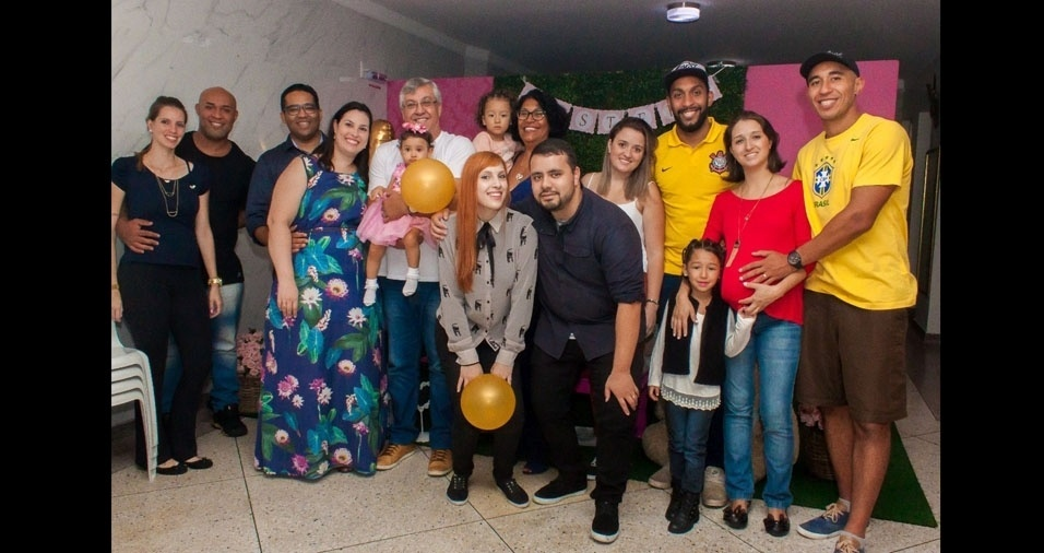 Lia, Lara, Ester e Lorena, que ainda está na barriga da mamãe, fazem uma homenagem à vovó Edna Beatriz Pereira dos Santos Gomes, de São Caetano do Sul (SP)