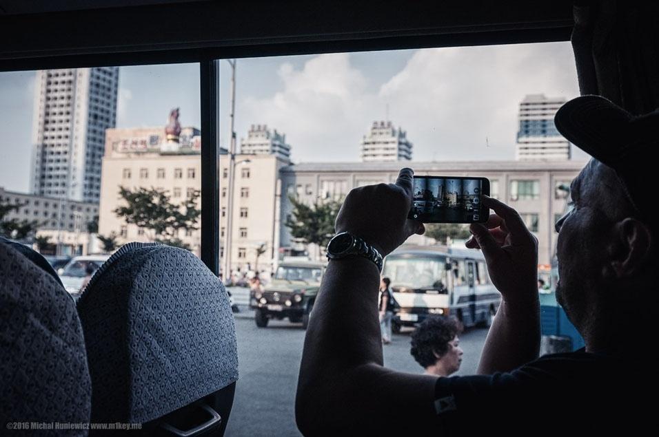 """36. """"Eles não nos deixaram andar em qualquer lugar - no prazo de talvez um ou dois minutos  depois de sair do trem, estávamos espremidos em uma minivan que seria a nossa segunda casa durante toda a estadia. Como você pode ver, agora é permitido usar seu smartphone, embora não haja sinal e nem wi-fi em qualquer lugar. O seu telefone será minuciosamente investigado quando você estiver de saída"""""""