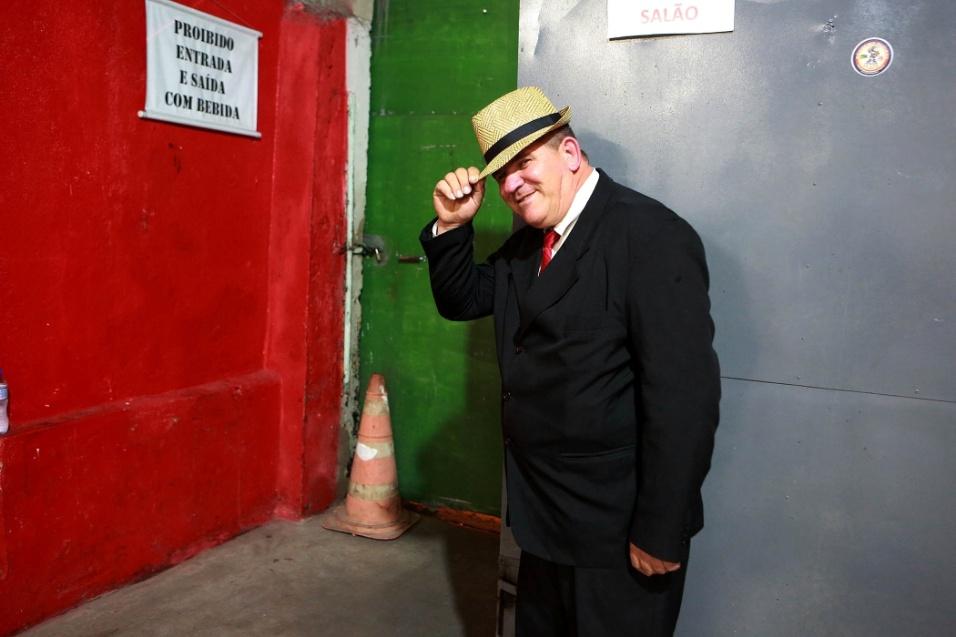 Vestido a caráter, o simpático Jair dá às boas-vindas a todos que entram no salão para acompanhar o samba Maria Cursi, na comunidade de São Mateus, na zona leste de São Paulo. Os homens são recebidos com uma ajeitada no chapéu e as mulheres ganham gentilezas e até beijinhos na mão