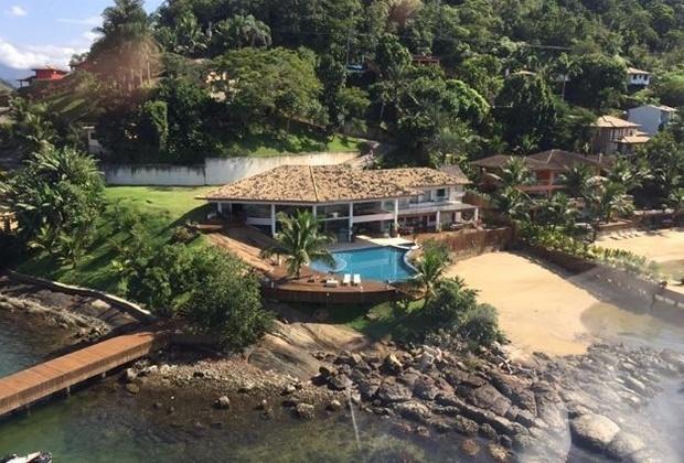 Jan.2017 - Propriedade em Angra dos Reis tem pier particular para barcos (à esq.). Terreno ocupa uma área de 3.600 metros quadrados, com 1.200 de área construída