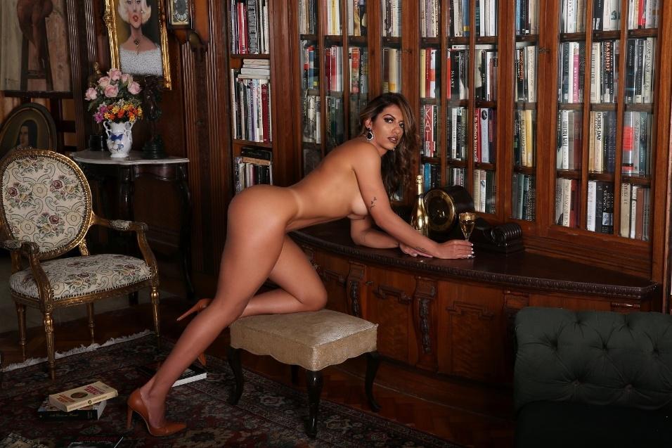 Carla Lacerda mostra o poder de suas curvas em ensaio sensual