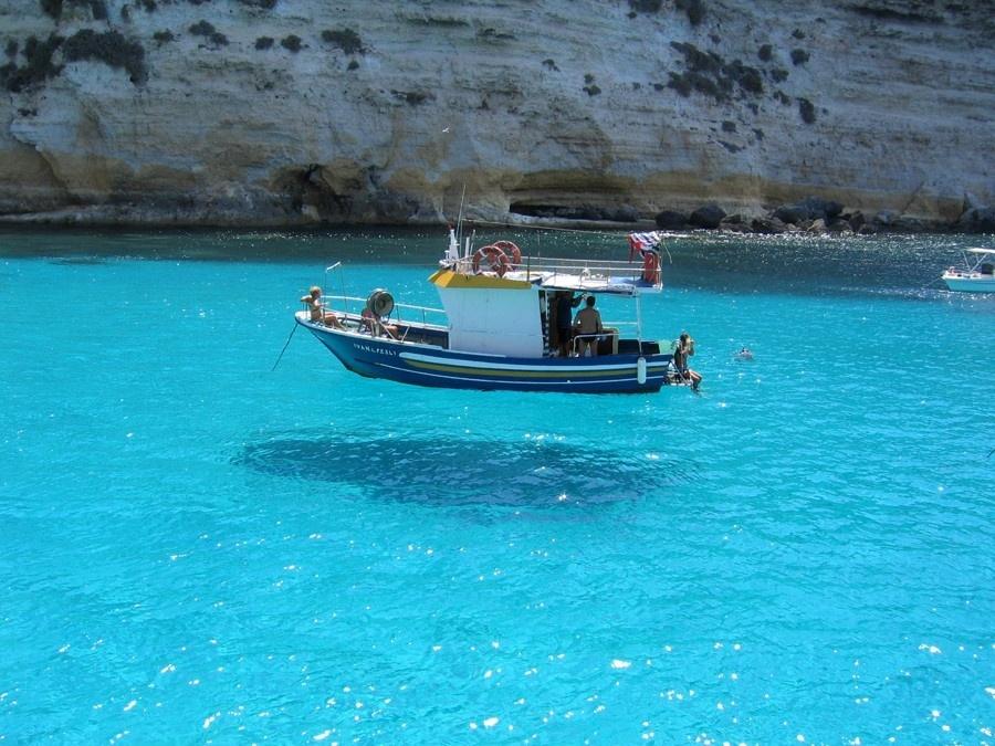 Mar transparente próximo a Lampedusa, na Itália