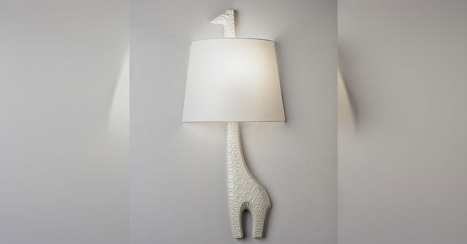 27. Luminária onde a cúpula fica presa no pescoço de uma girafa