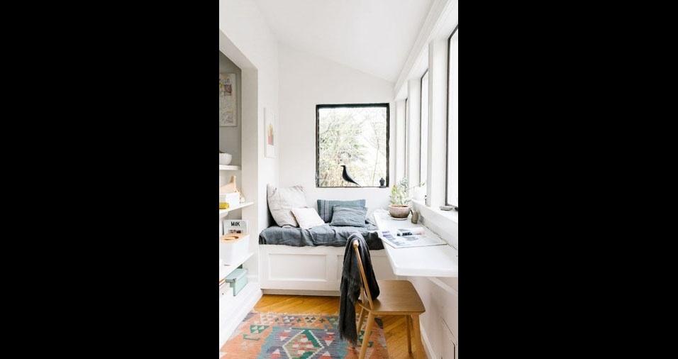 5. Este modelo tem uma mesa balcão debaixo da janela e um sofazinho no canto da varanda, para a hora da leitura