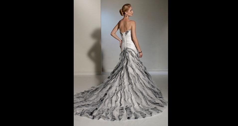 16. Além disso, o cinza também pode figurar em um vestido de noiva na sua versão prateada. Nada mais apropriado para uma festa de gala do que a cor prata