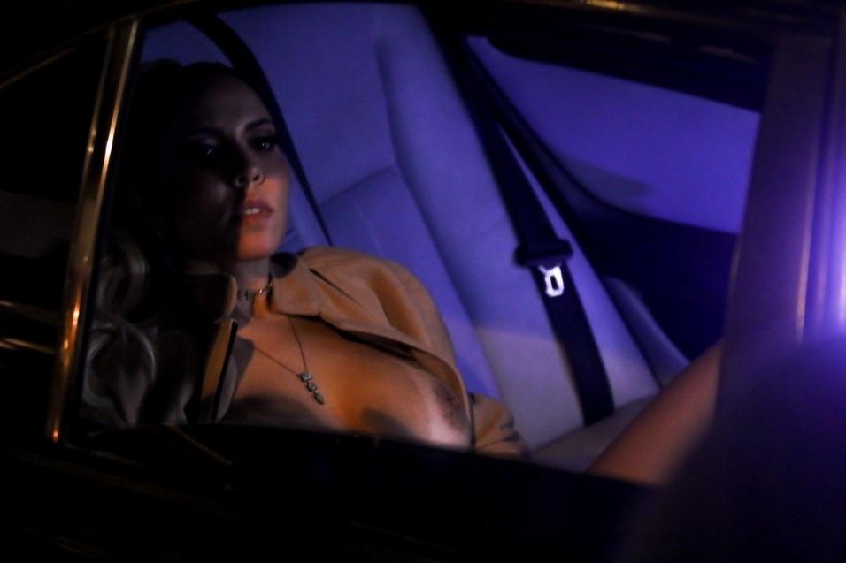 Mulher Melão encarna uma garota de programa no calçadão de Copacabana, no Rio