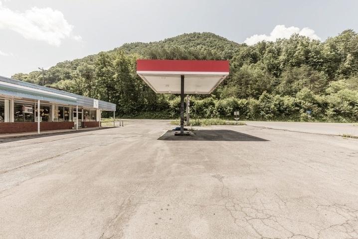 """6.ago.2015 - Postos de gasolina desativados deram origem ao projeto """"Filler Up"""", do alemão Robert Gotzfried"""