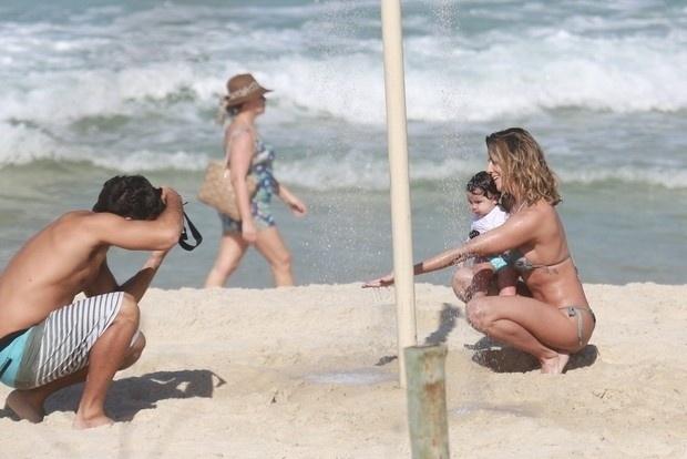 11.jul.2016 - Hugo Moura aproveitou para fotografar a esposa e a filha