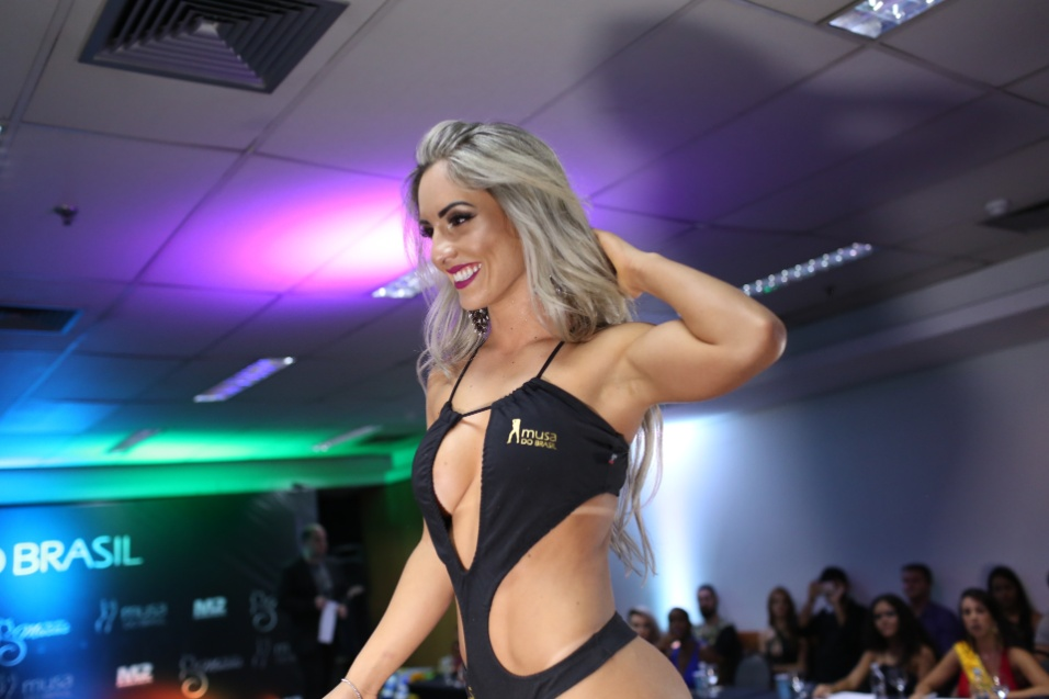 14.dez.2016 - Iara Ferreira, de SC, desfila no palco do Musa do Brasil 2016