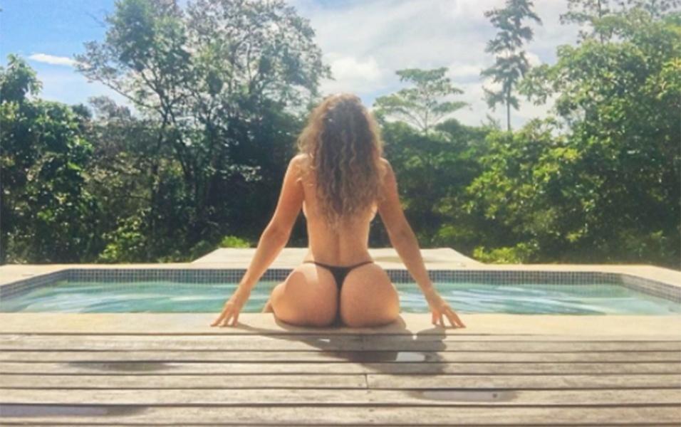 19.jun.2017 - Posando sentada à beirada da piscina, Jayden Jaymes brindou os fãs com uma bela imagem de seu bumbum GG