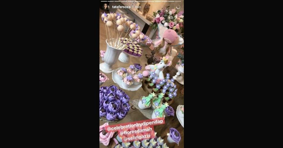 6.ago.2017 - Não faltaram detalhes fofos e delicados na mesa do bolo da princesa Melinda, de 1 ano, que teve uma festa com o tema unicórnio