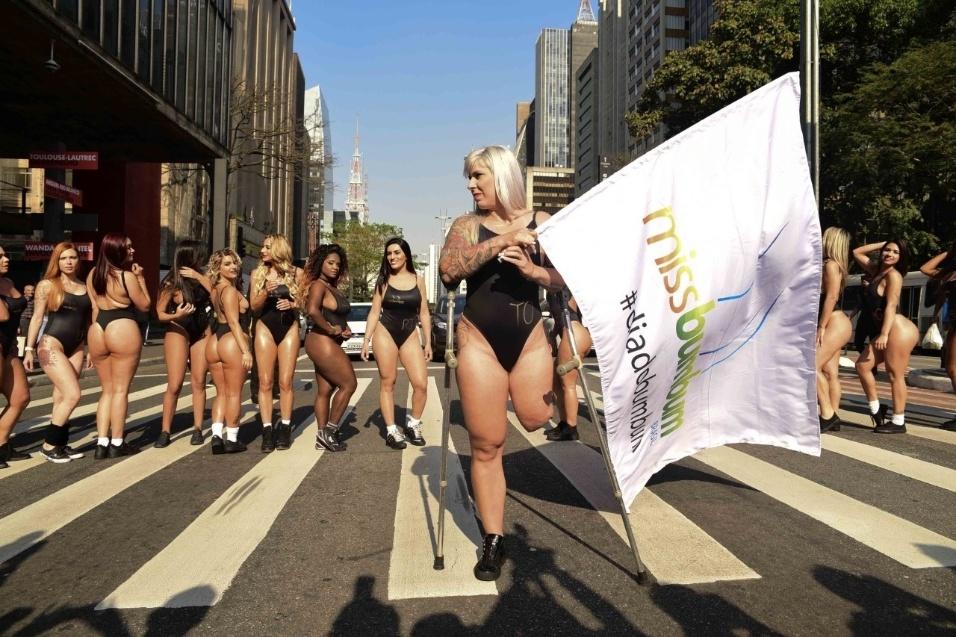 7.ago.2017 - As 27 concorrentes do Miss Bumbum Brasil 2017 fizeram parte do trajeto a pé e depois usaram o metrô, em solidariedade à candidata Rúbia Machado, que tem uma das pernas amputadas