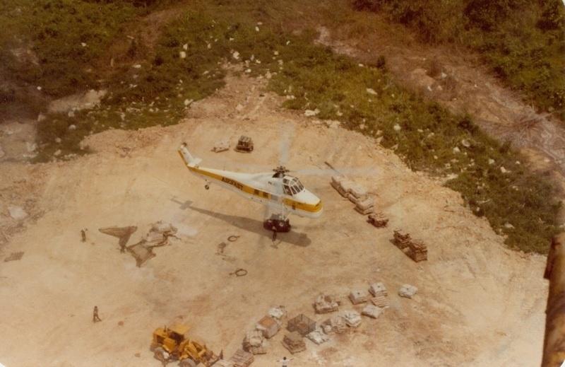 21.mai.2015 - Mesmo após tsunami e tentativa da ajuda do governo da Índia, os sentinelenses não quiseram saber de ajuda e receberam o helicóptero  com pedras. A missão foi rapidamente abortada.