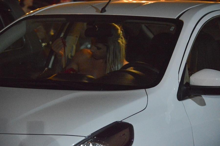 10.fev.2017 - Um dos destaques da Unidos do Peruche, a modelo fitness Kelly Toledo acabou mostrando demais antes ao se preparar dentro do carro para o último ensaio da agremiação.