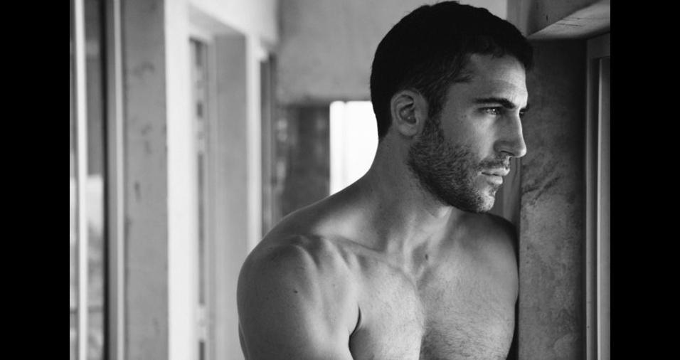 """39. Miguel Ángel Silvestre. A beleza do ator espanhol já era bastante conhecida em seu país, mas atuando na série """"Sense8"""", da Netflix, ele acabou ganhando fama internacional"""