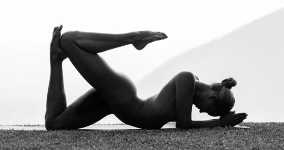 """1. Ninguém sabe como é o rosto dela, o nome ou onde vive. Seus mais de 620 mil seguidores no Instagram a conhecem como """"a garota nua da ioga"""". Quando começou o perfil na rede social há dois anos, ela conseguiu que 33 mil pessoas passassem a acompanhar seu trabalho em menos de um mês e desde então a conta não para de crescer. Modelo, fotógrafa e praticante de ioga, ela conseguiu unir todas as suas paixões em um único hobby, fotos em que aparece nua fazendo ioga. No entanto, a jovem prefere fazer o trabalho de forma anônima e garante que a nudez garante a sensação de liberdade"""