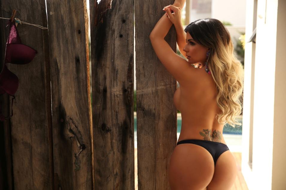 12.set.2017 - Estrela do próximo ensaio do Diamond Brazil, a ex-bailarina do Faustão Vanessa Perez divulgou uma prévia do ensaio em que exibe suas curvas. O material completo da gata estará no site do projeto a partir do dia 15 de setembro