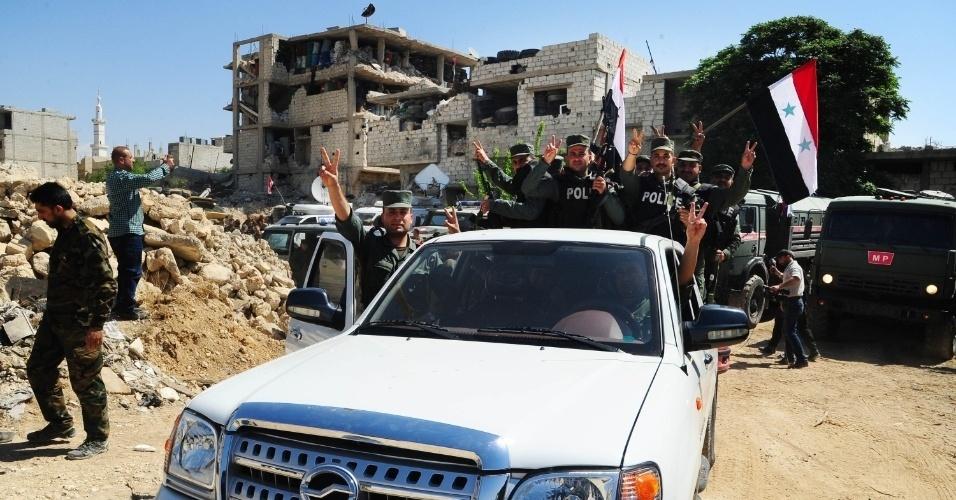 Policiais sírios chegam ao distrito de Douma, na zona rural a leste de Damasco, capital da Síria, neste sábado (14). Cerca de 93 ônibus com centenas de militantes do grupo rebelde Exército Islâmico fugiram da região, onde há suspeita de ataque com armas químicas por parte da ditadura de Bashar Al Assad