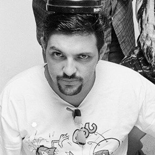 A história da banda Mamonas Assassinas começa quando o baterista Sérgio Reoli, que trabalhava na Olivetti, foi apresentado por um colega da empresa, Maurício Hinoto, ao irmão deste, o guitarrista Bento Hinoto. Os dois foram quem decidiram criar a banda Utopia, em 1989