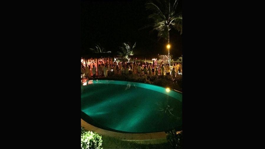 2.jul.2016 - Os convidados do casório do zagueiro Marquinhos e da cantora Carol Cabrino puderam curtir um luau em volta da piscina. Seá que alguém se jogou na água?