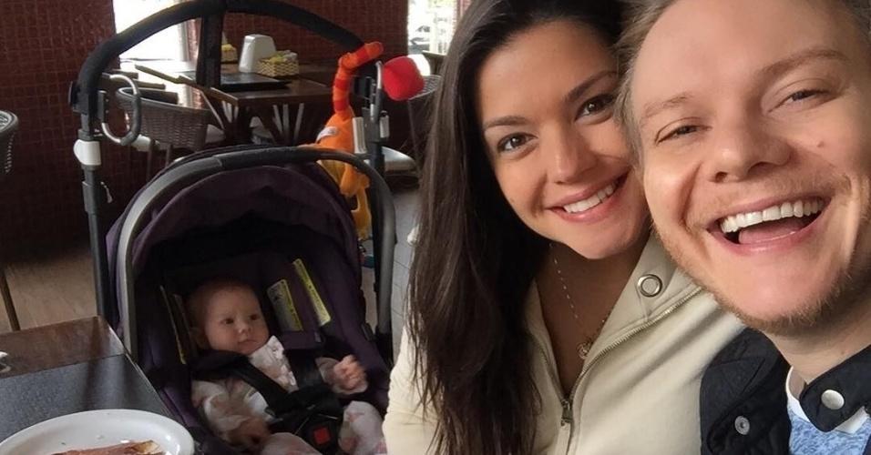 30.out.2016 - Corujas, os papais Thaís Fersoza e Michel Teló compartilham no Instagram uma foto do primeiro café da manhã de padaria da filhinha Melinda, de três meses.
