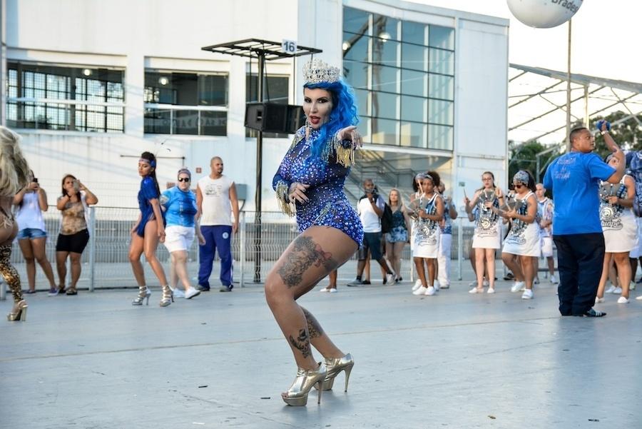 5.fev.2017 - Diva da bateria da Acadêmicos do Tatuapé, Sabrina Boing Boing mostrou suas curvas em ensaio da escola