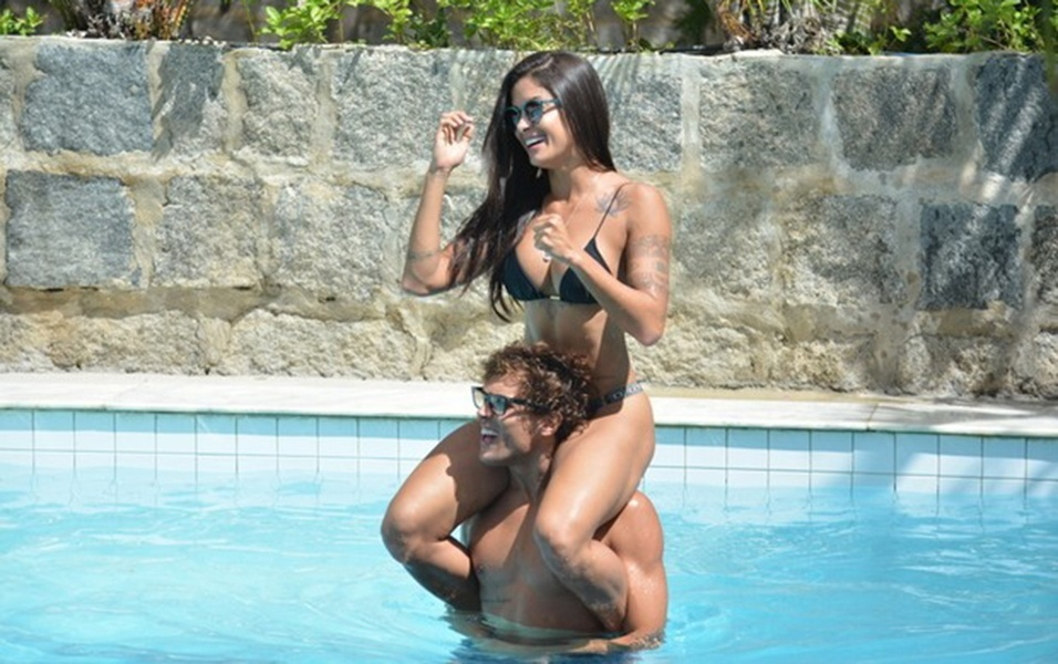 8.abr.2017 - Hospedados de Nova Jerusalém, em Pernambuco, Aline Riscado e o namorado Felipe Roque curtiram juntos a piscina do hotel. O casal se divertiu muito, fizeram brincadeiras e, claro, beijaram muito na boca também