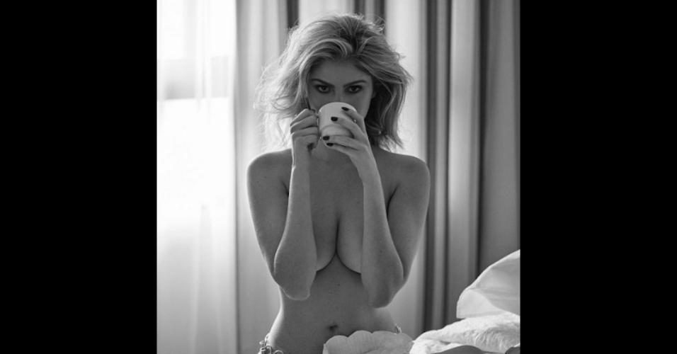 30.mai.2017 - Depois dos cliques de Cleo Pires na cama, Bárbara Evans compartilhou em seu Instagram fotos de uma sessão de fotos quentes em que aparece de topless entre as cobertas. As imagens foram feitas pelo famoso fotógrafo JR Duran, em um ensaio para a revista