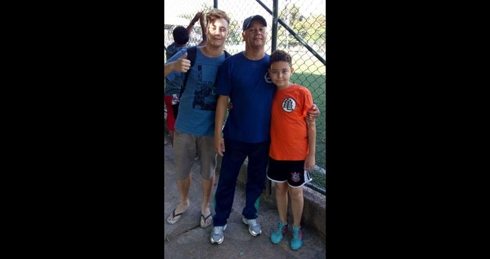 """Emerson Alves com seus filhos Emerson Filho (esq.) e Felipe Alves (dir.), de São Paulo (SP): """"Curtindo um sábado de futebol"""""""