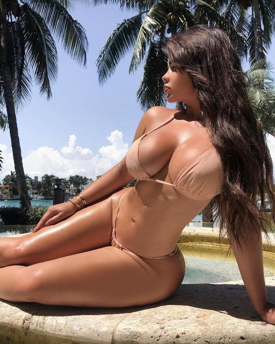 19.set.2018 - A modelo russa Anastasia Kvtiko posa de biquíni em ensaio sensual