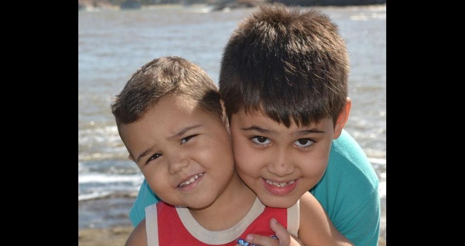 O pai Marcos enviou foto dos filhos Mauricio e Arthur