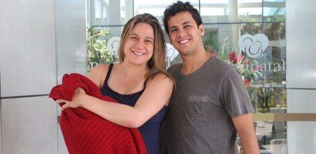 Fernanda Gentil deixa maternidade com o filho, ao lado de Matheus, em agosto de 2015, no Rio -