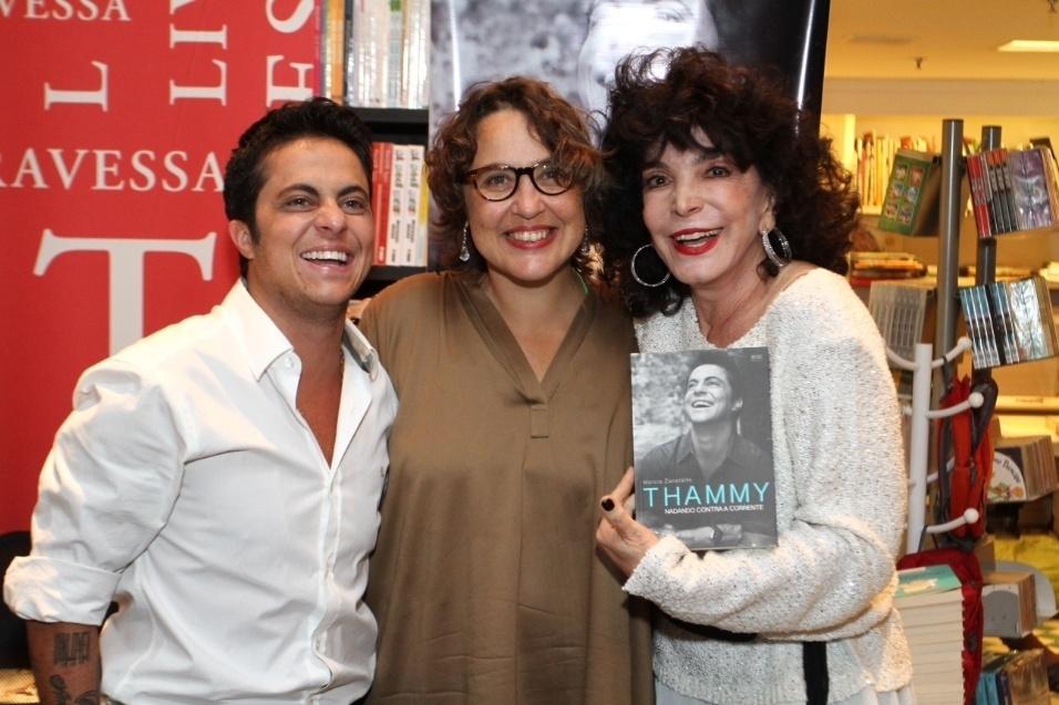 8.set.2015 - Thammy Miranda ao lado da autora de sua biografia, Márcia Zanellato, e da atriz Lady Francisco durante lançamento do livro na livraria Travessa do Shopping Leblon, no Rio de Janeiro