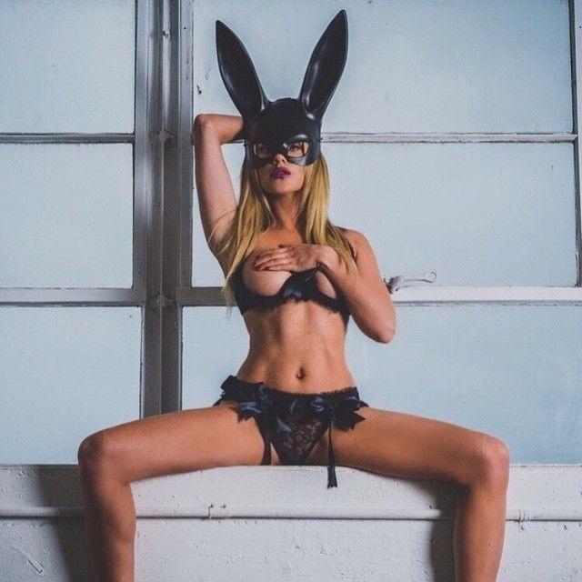 """4.fev.2016 - Katie May, musa das redes sociais e coelhinha da Playboy, morreu aos 34 anos após um derrame cerebral. A jovem tinha mais de 2 milhões de seguidores no Instagram e era conhecida como a """"Rainha do Snapchat"""". Mãe solteira, Katie deixa uma filha de sete anos"""