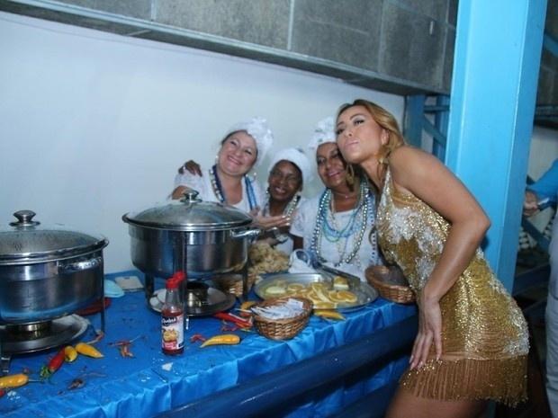 21.jan.2017 - Usando um vestido dourado curtinho, Sabrina Sato deixou as pernas de fora. A rainha de bateria da escola de samba carioca ainda posou com as cozinheiras da feijoada na quadra da agremiação