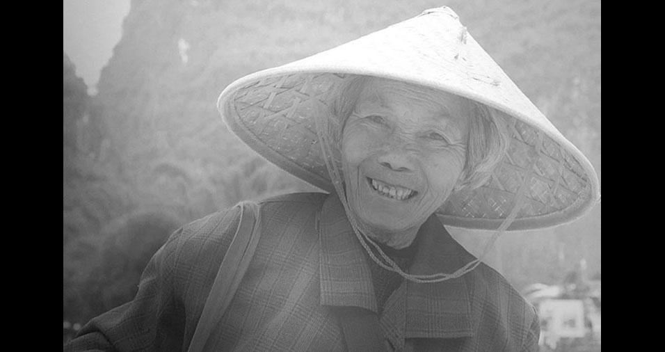 2.  O chapéu chinês compõe a imagem da mulher sorrindo