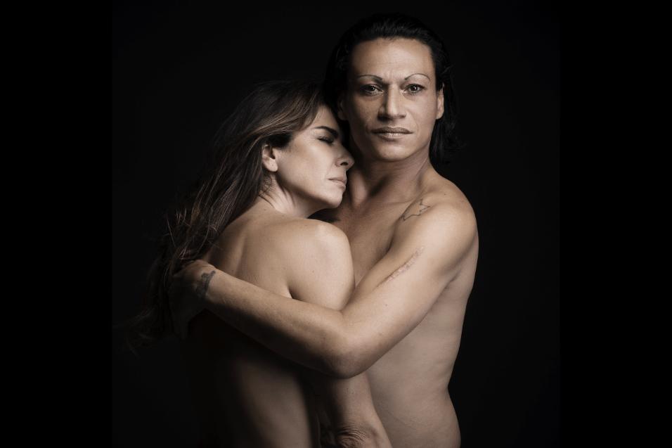 """Set.2017 - Famosos como Luciana Gimenez foram fotografados abraçados a moradores de rua. """"Por trás de roupas simples ou de marca, temos pele e sentimos igual"""", disse a responsável pela campanha"""