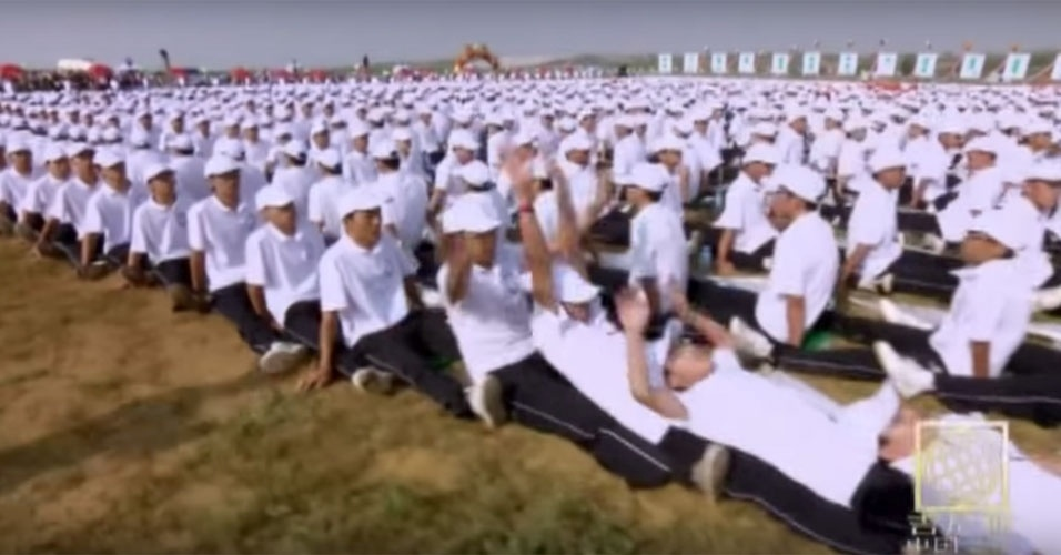 36. Em 2010, 10.267 chineses formaram o maior dominó humano já registrado pelo Guinness, com extensão de 7,2 Km, na cidade de Ordos, região da Mongólia.