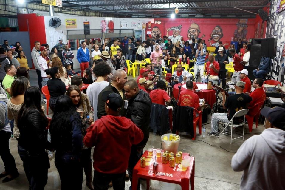 Gente de todas as idades frequenta o samba do Maria Cursi. Há 12 anos, a roda agita os moradores, e sábado é um dia sagrado em São Mateus, na zona leste de São Paulo. Não faltam música, alegria, samba no pé, no gogó e nas palmas da mão
