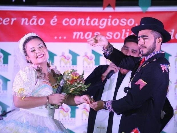 11.jun.2016 - Cacau e Matheus participam de festa junina, no Rio