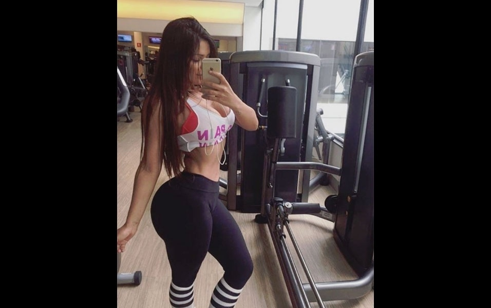 """11.jul.2016 - A modelo Suzy Cortez não abre mão dos exercícios físicos para manter a boa forma. A morena fez um registro na academia, escrevendo as hashtags """"fire"""" e """"gymmotivation"""", dando a entender que está pegando pesado nos treinos. Na imagem, a gata chama a atenção pela cintura finíssima e o bumbum GG"""