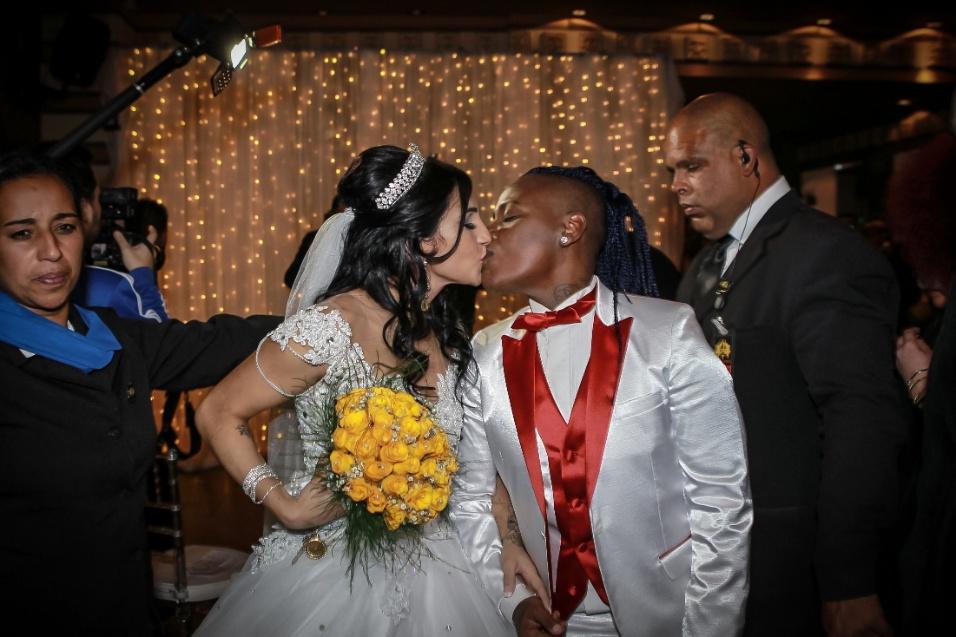13.jun.2016 - Thalyta e Pepê se beijam após oficializarem o casamento em festa para convidados famosos em São Paulo