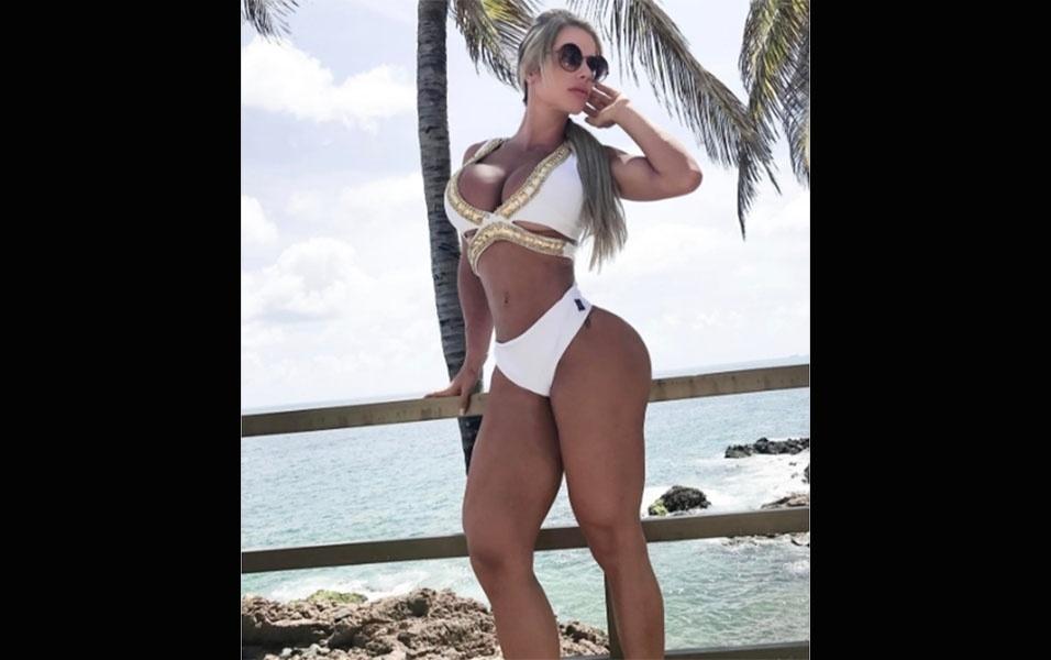 """7.jan.2017 - A advogada e vice-campeã de """"A Fazenda 6"""" Denise Rocha está de férias em Salvador, na Bahia. """"Aquele merecido descanso"""", escreveu a gata na legenda de uma imagem em que aparece de maiô branco. A beldade está hospedada em um hotel de luxo na capital baiana"""