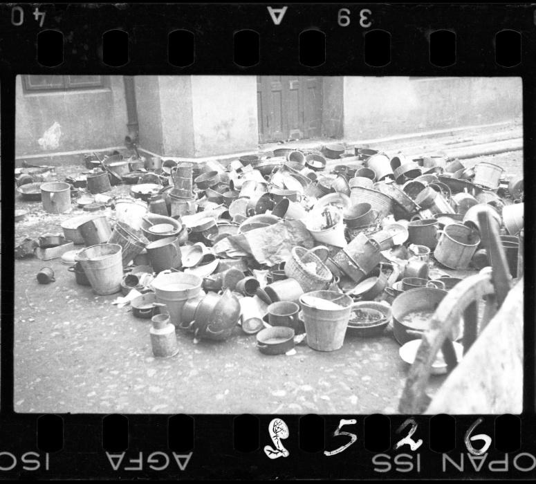 1940 - Moradores do gueto deixaram para trás baldes, canecas e tigelas ao serem deportados para os campos de concentração