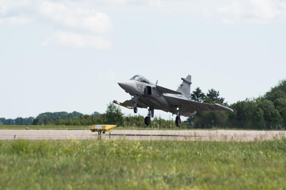 Jul.2017 - Novo caça multiuso da Força Aérea Brasileira (FAB), o Saab Gripen 39E fez seu primeiro voo no final de junho, em um teste que durou 40 minutos. O jato sueco foi escolhido após uma licitação que durou vários anos para substituir os caças de combate usados pela FAB. Batizado por aqui como F-39, as primeiras unidades do modelo devem chegar ao país em 2019