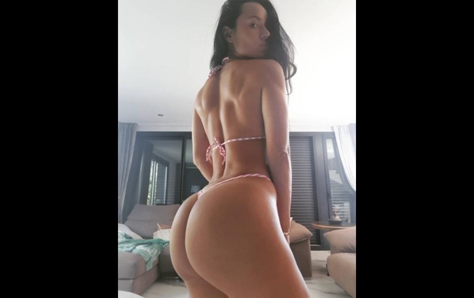 """29.ago.2017 - A atriz pornô colombiana Franceska Jaimes elevou a temperatura do Instagram ao postar uma foto de biquíni. A gata de 32 anos chamou a atenção dos fãs por causa do tamanho do bumbum GG. """"Tremendo bumbum"""" e """"Que curva maravilhosa"""" foram alguns dos comentários"""