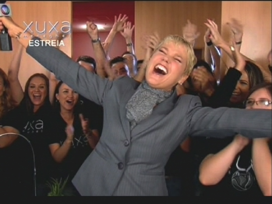 """17.ago.2015 - Na abertura de seu programa de estreia na Record, Xuxa aparece sendo """"contratada"""" e comemora feliz da vida"""