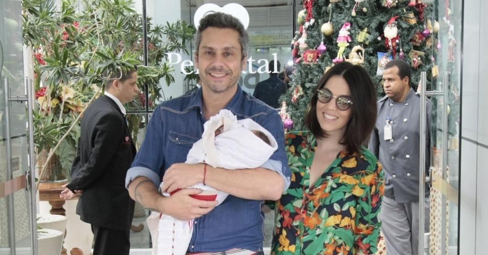 17.dez.2015 - Noá é o primeiro filho do ator Alexandre Nero com a consultora de moda Karen Brusttolin
