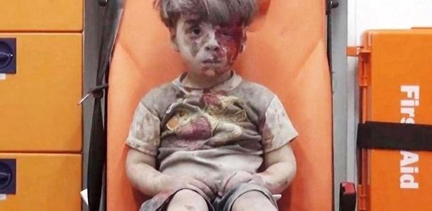 Omran Daqneesh, menino sírio de 5 anos, após ataque no bairro Qaterji, na cidade de Aleppo